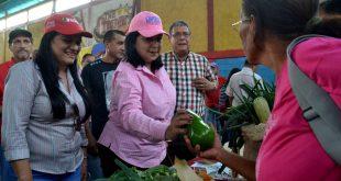 Gobernadora Meléndez hizo entrega de insumos y crédito a productores larenses