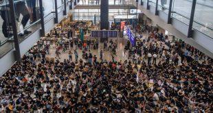 Manifestantes hongkoneses en Aeropuerto